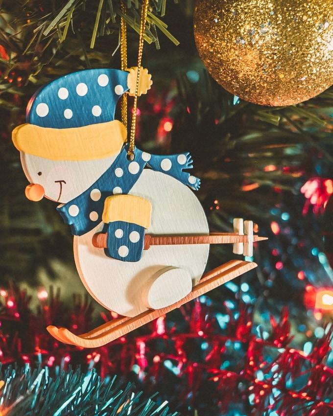Елочная игрушка - Снеговик на лыжах в колпаке 650-3