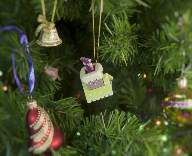 Декоративная елочная игрушка: Домик с ногами Санта Клауса 90YY61504