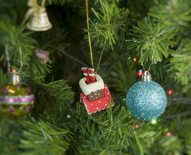 Новогодние украшения: Домик с ногами Санта Клауса 3020