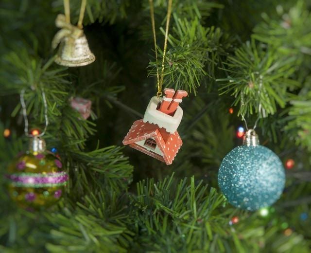 Елочная игрушка - Домик с ногами Санта Клауса 410-3