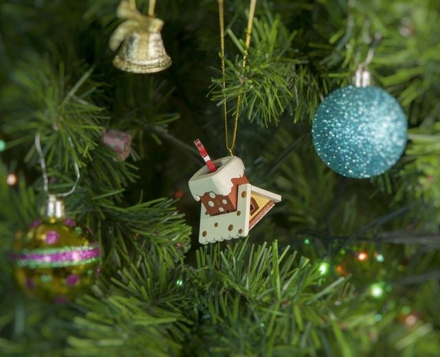 Праздничные новогодние украшения: Домик с ногами Санта Клауса 1013