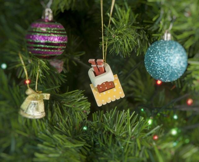 Новогодние украшения для дома: Домик с ногами Санта Клауса 370-1