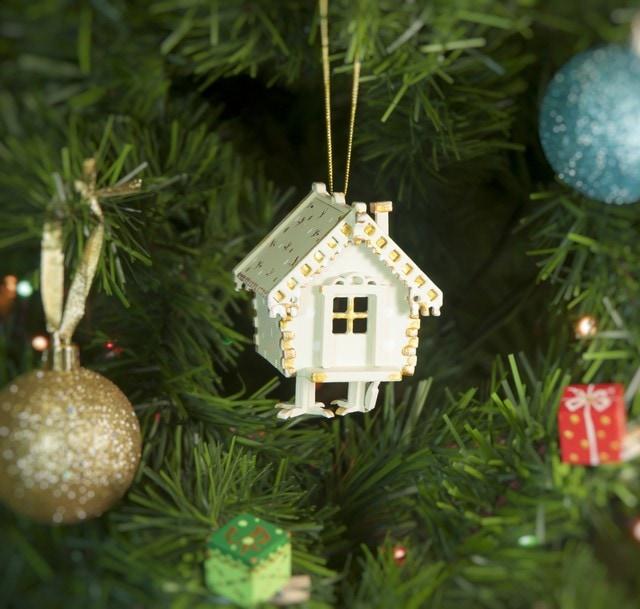 Праздничные новогодние украшения: Избушка на курьих ножках 1013 White