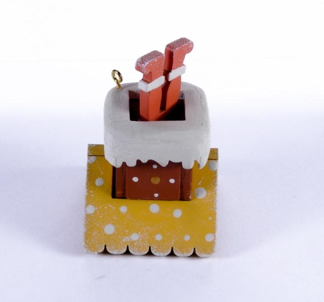 Елочная игрушка - Домик с ногами Санта Клауса 370-1